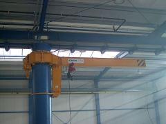 Konzolové jeřáby GIGA - otočný sloupový jeřáb GKOJ 2t:6m instalovaný na nosný sloup výrobní haly