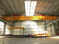 Mostové jeřáby GIGA - mostový jeřáb dvounosníkový s lanovou stabilizaci na magnetové traverse